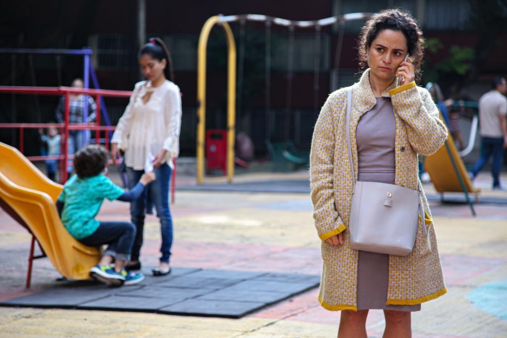 Rosa (Damayanti Quintanar) souffre d'une obsession de la propreté, alors qu'elle travaille dans un entrepôt de produits de nettoyage (Photo HBO Latin America)