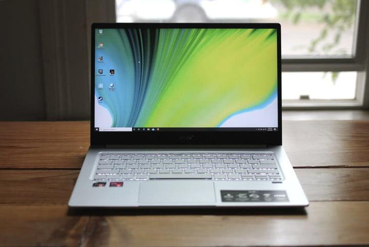 sur une surface en bois, l'un des meilleurs ordinateurs portables vidéo