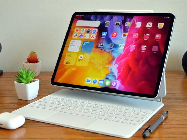 Apple iPad Pro 12.9 sur une table