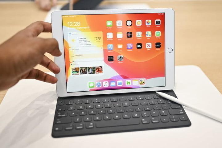 Apple iPad (2020) sur une table