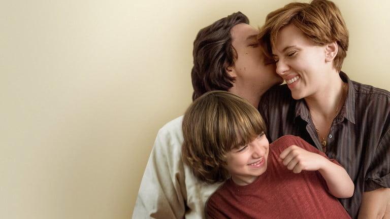Une scène de Marriage Story, l'un des meilleurs films romantiques de Netflix, dans laquelle Scarlett Johansson et Adam Driver conversent dans un salon.