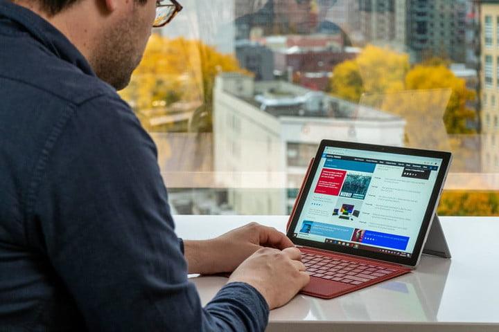 Un homme travaillant avec une Surface Pro 7