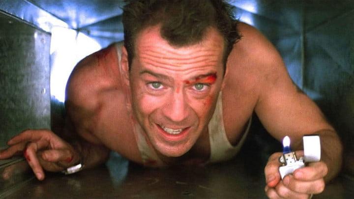 Bruce Willis dans une scène de l'un des meilleurs films des années 80, Die Hard.