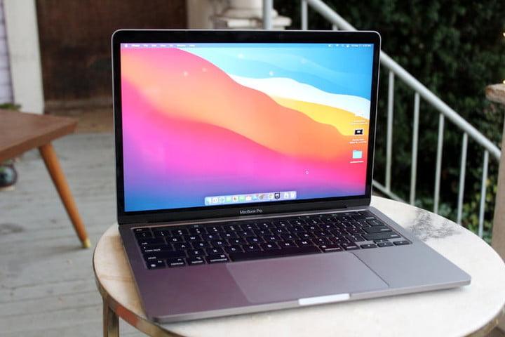 MacBook Pro sur une table basse ronde